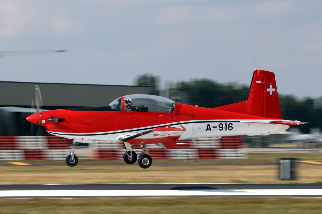 20180714-148 Swiss Air Force (PC-7 Team) - Pilatus PC-7 Turbo Trainer (A-916) RAF Fairford UK.jpg