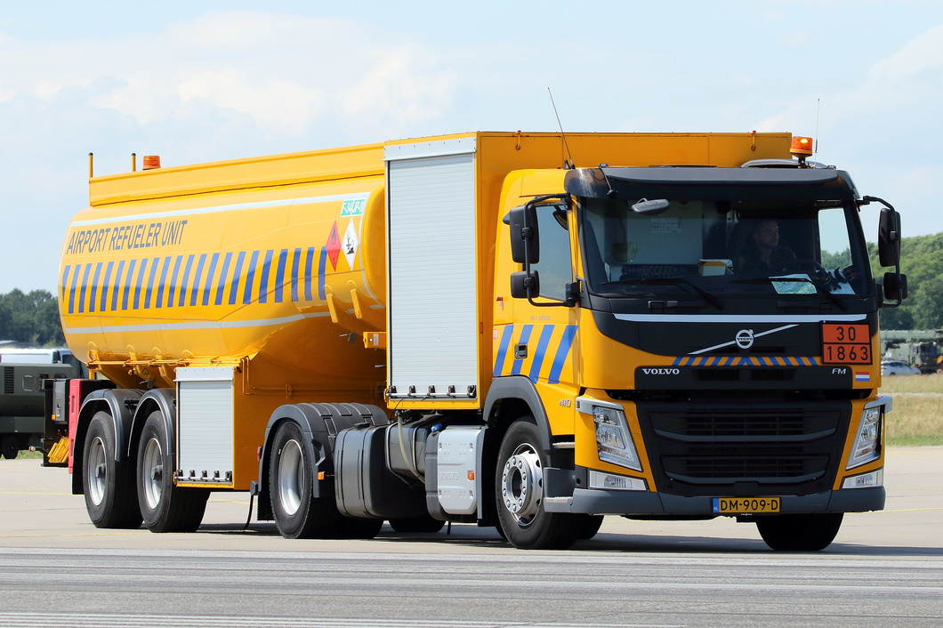 20190614-074 Royal Netherlands Air Force - Volvo FM 410 Airport Refueler Unit (DM-909-D) Volkel NL.jpg