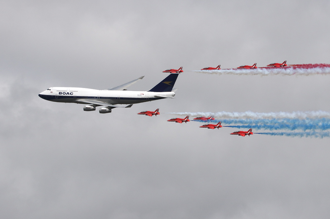 20190720-089 British Airways - Boeing 747-436 (G-BYGC) in formation with RAF Red Arrows at RAF Fairford UK.jpg